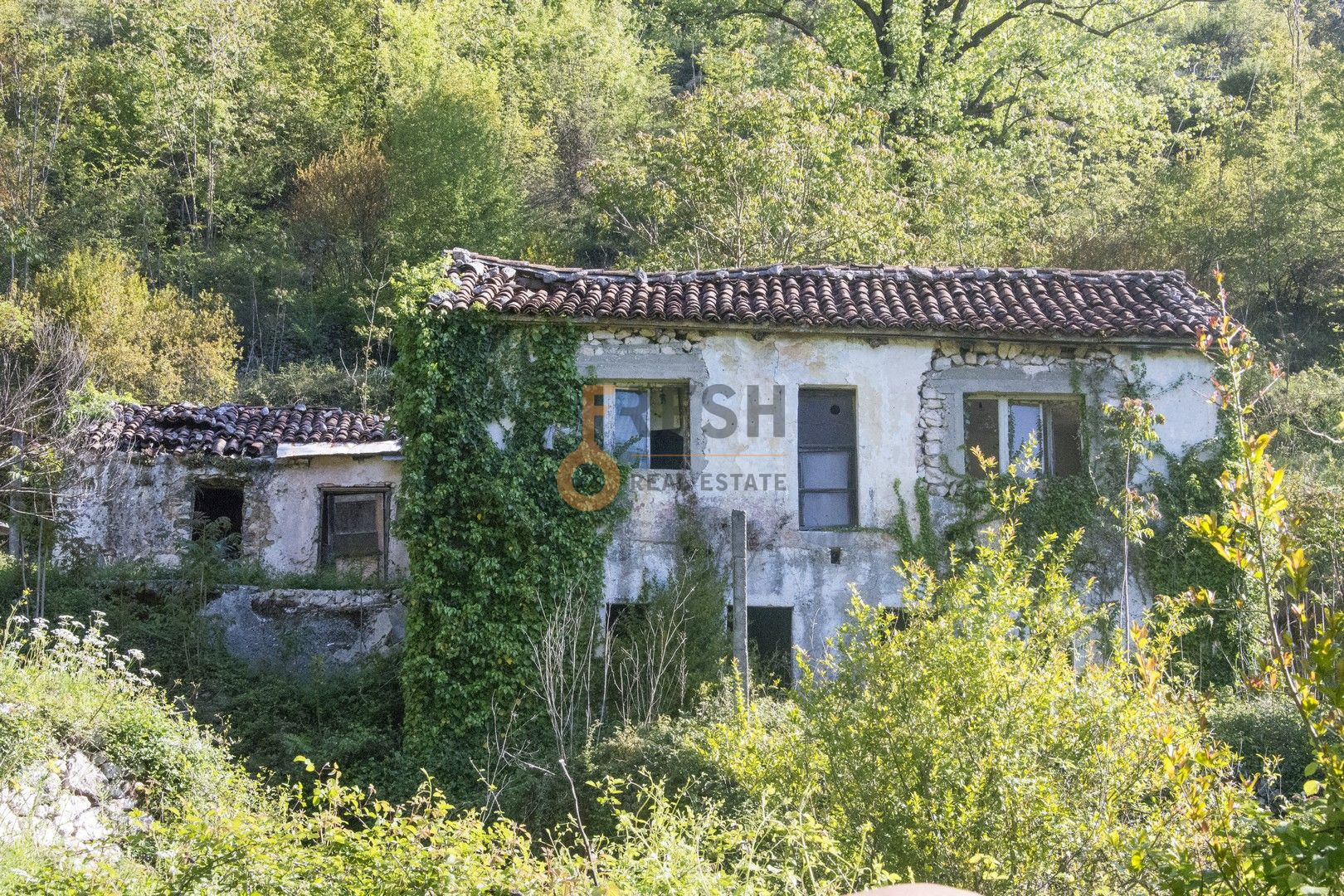 Stara kuća u ruševmnom stanju na Rijeci Crnojevića sa velikim placem - 1