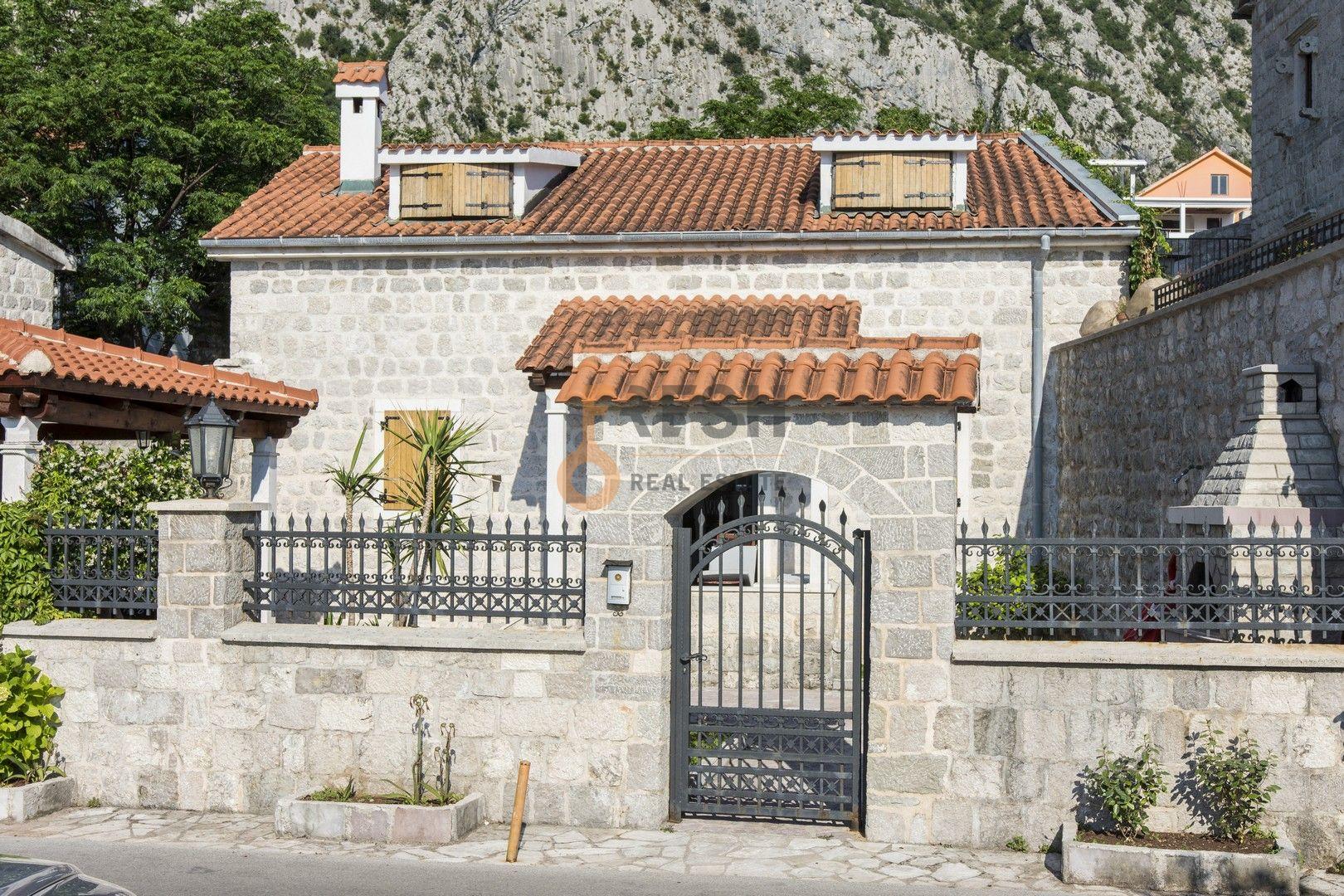 Kamena kuća na prvoj liniji do mora sa pontom i vezom, Kotor - 1