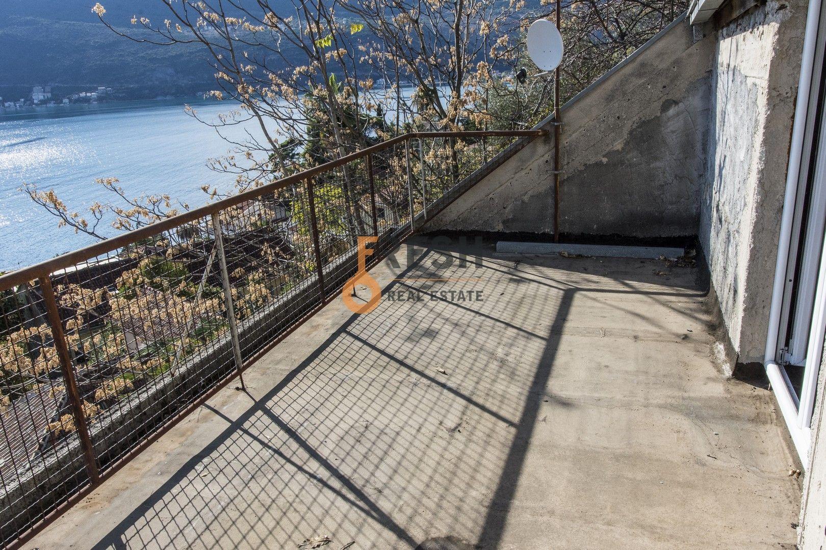 Kuca s pogledom na more i svojim dvoristem i bastom, 178 m2, Centar, Herceg Novi, prodaja - 10