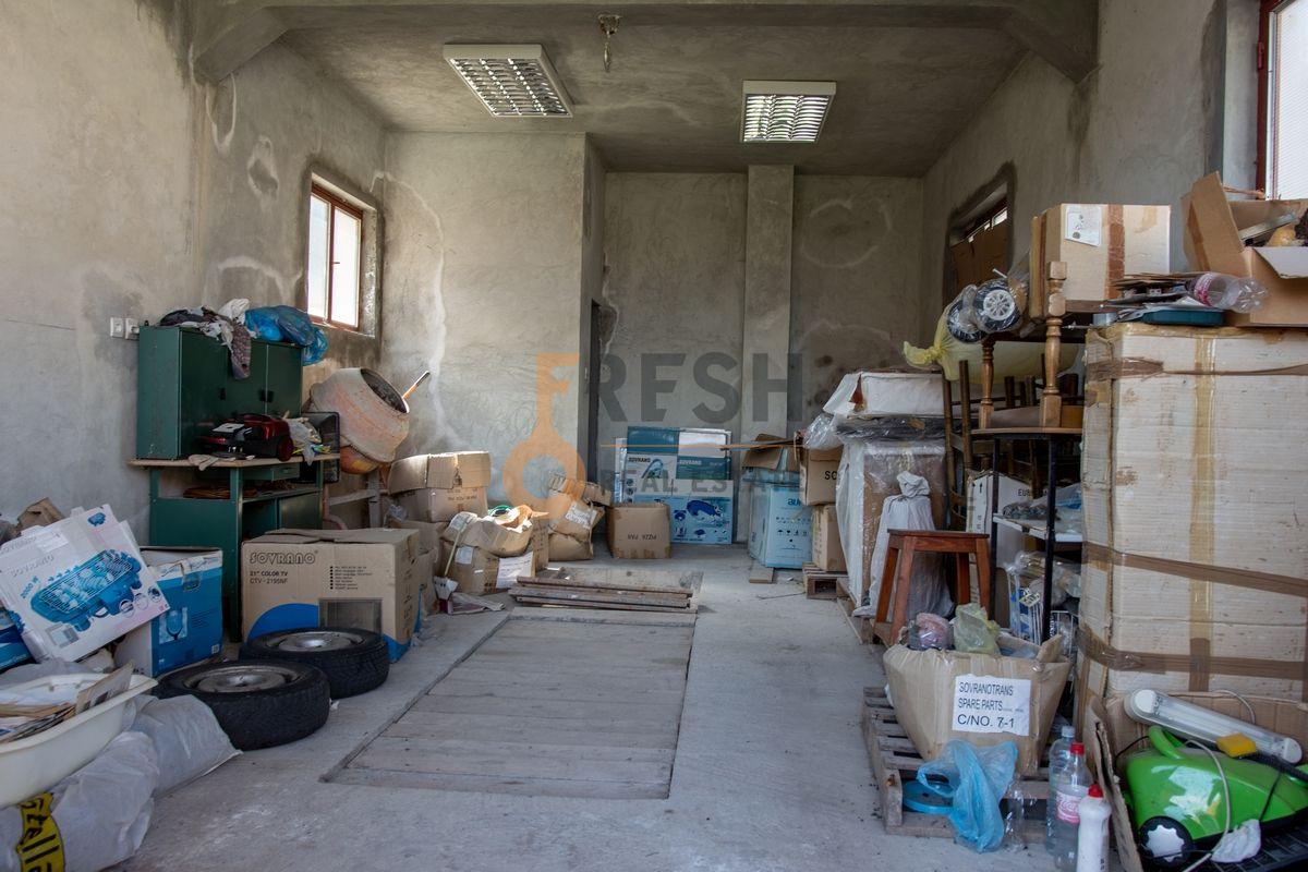 Kuća  530m2 + kuća 90m2, Humci - Cetinje, Prodaja - 9