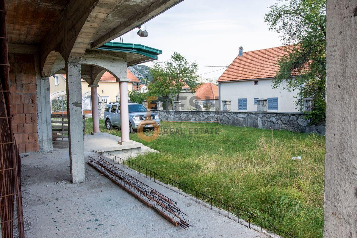 Kuća  530m2 + kuća 90m2, Humci - Cetinje, Prodaja - 10