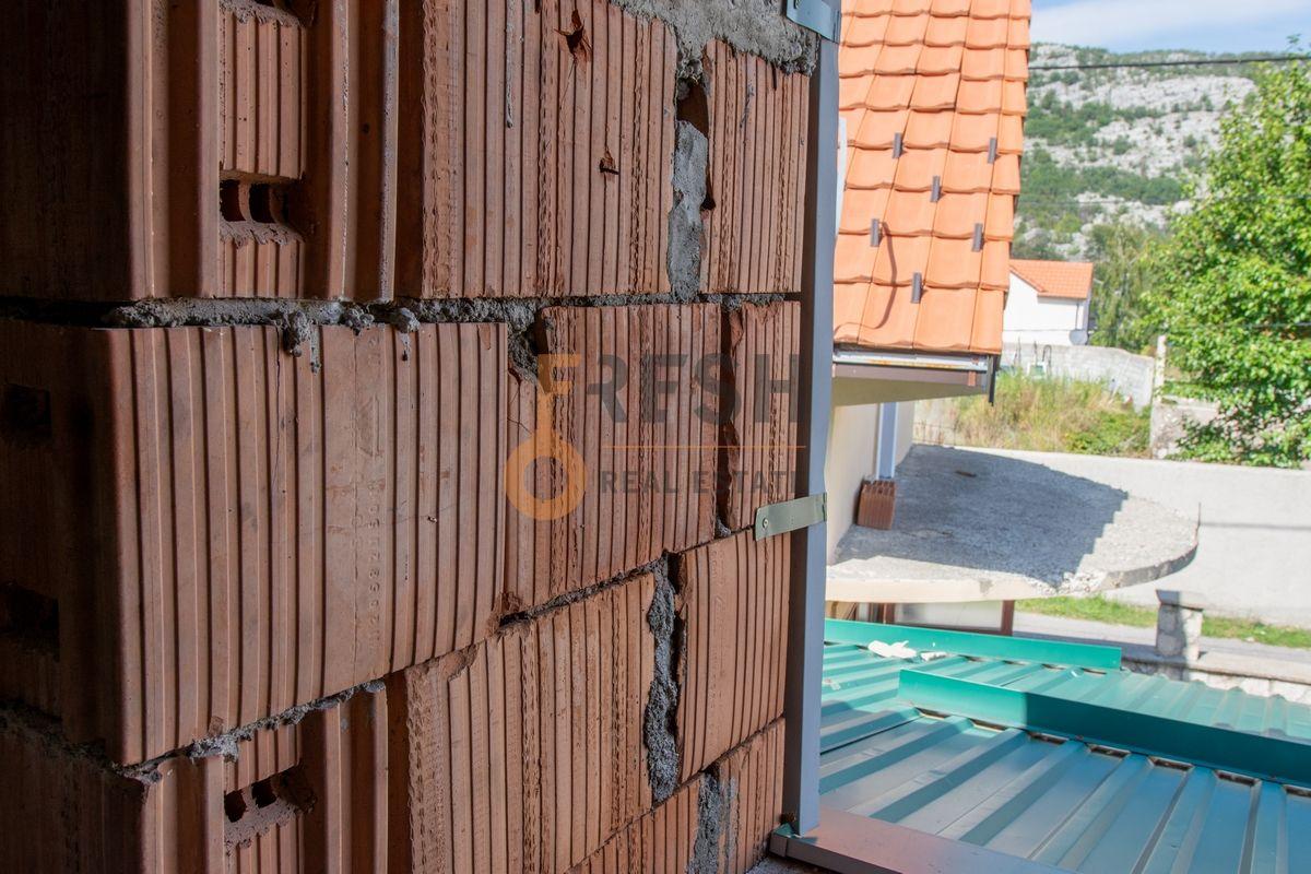 Kuća  530m2 + kuća 90m2, Humci - Cetinje, Prodaja - 12