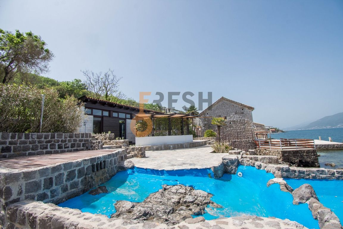 Exclusive villa on the on the seaside 517m2 with yard of 2226m2, Tivat, For sale